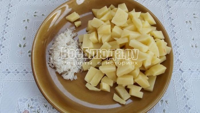 режем картошку, готовим рис