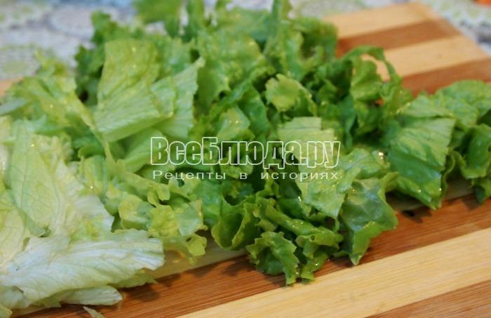 порезать листья салата