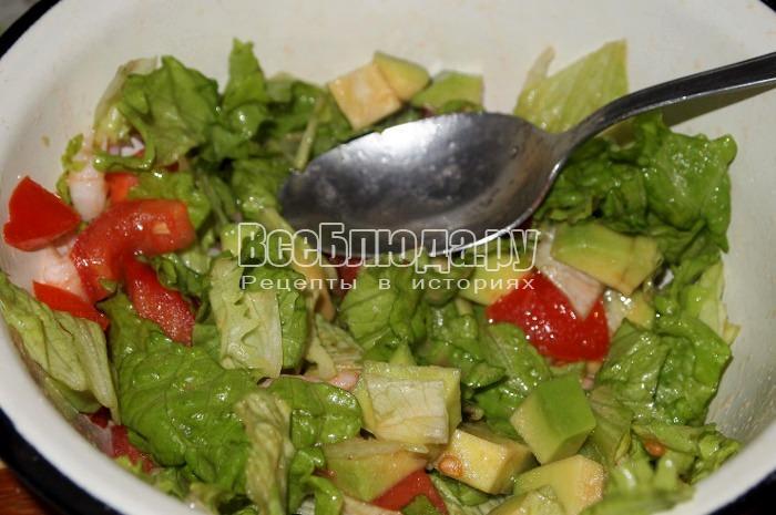 перемешать, посолить салат