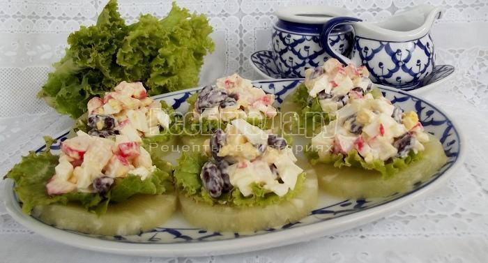 Закуска на кольцах ананаса (яйца, крабовые палочки, фасоль)