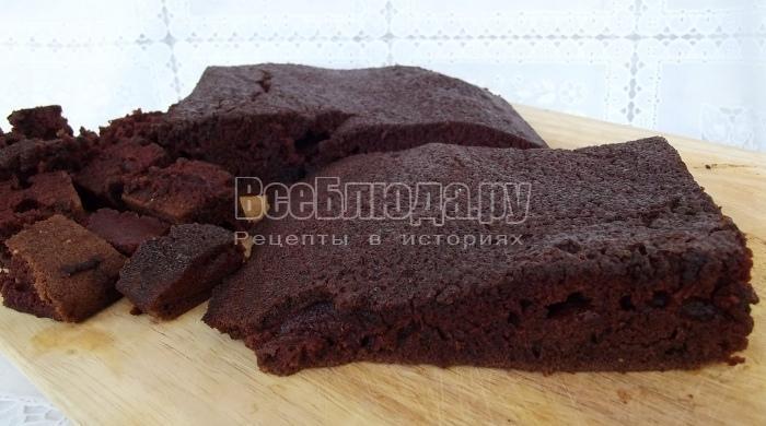 порезать шоколадный бисквит на кусочки