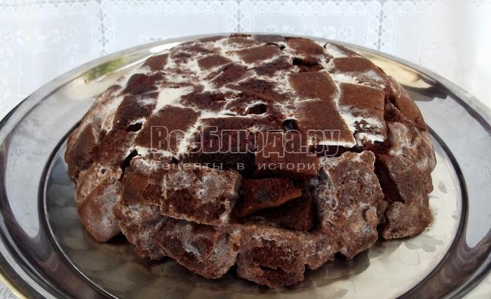 шоколадный торт на блюде