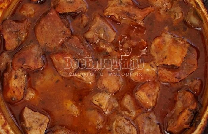 готовое мясо в горшочке с грибами на фото