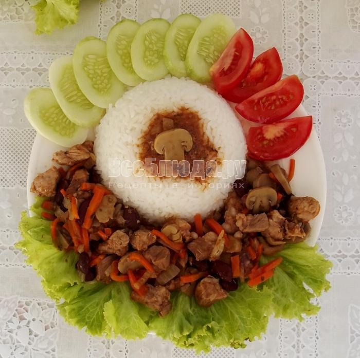 мясо с грибами и фасолью в горшочке