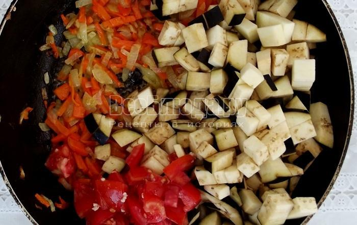 пожарить лук, морковку и баклажаны