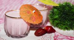 Рецепт молочного коктейля с мороженным и клубникой