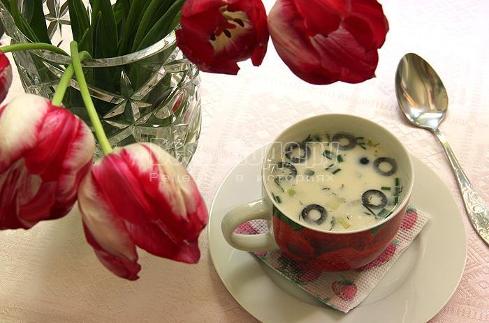 Пшенный белый суп с маслинами и сельдереем