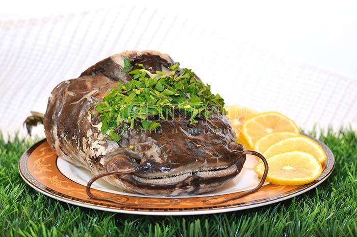 голова сома на тарелке