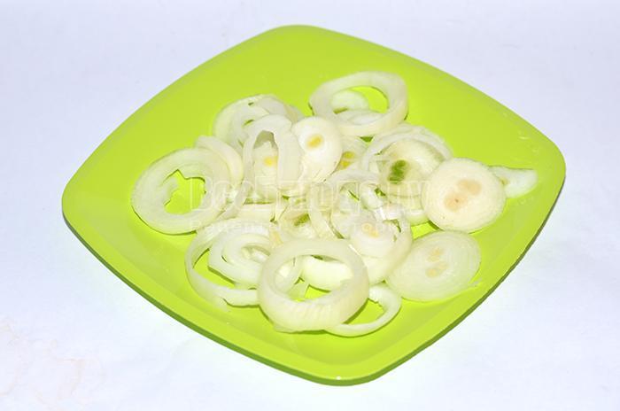 Нарежьте и натрите лук