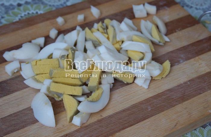 отварить и порезать яйца соломкой