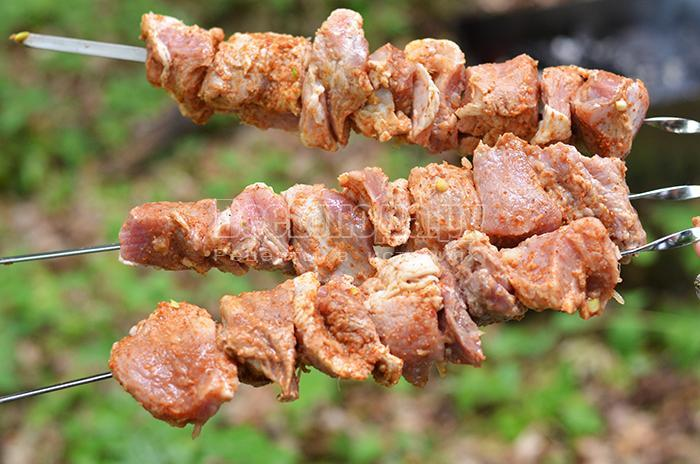 нанизывайте мясо на шампура