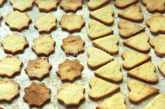 вынимаю готовое фигурное печенье