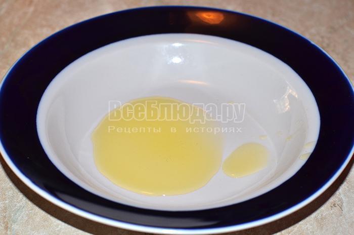 добавьте подсолнечное масло в тарелку