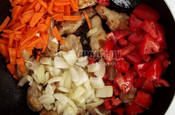 выложить овощи к курице