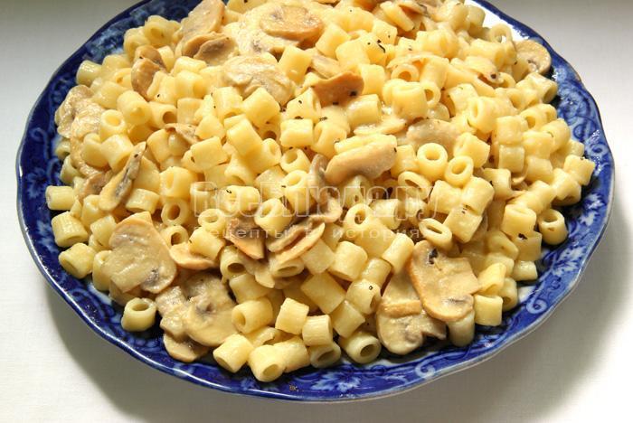 Рецепт макарон с сыром и грибами, жаренными в винно-молочном соусе