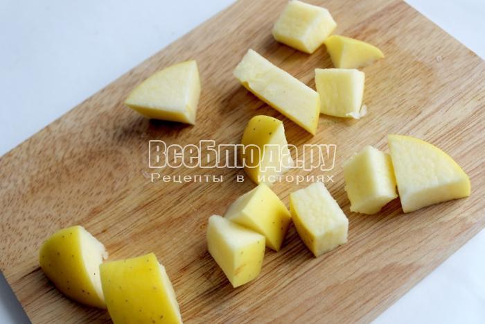 Яблоки помойте и порежьте кубиками