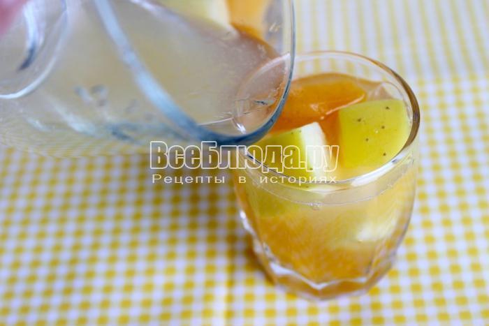 залить сок в рюмки