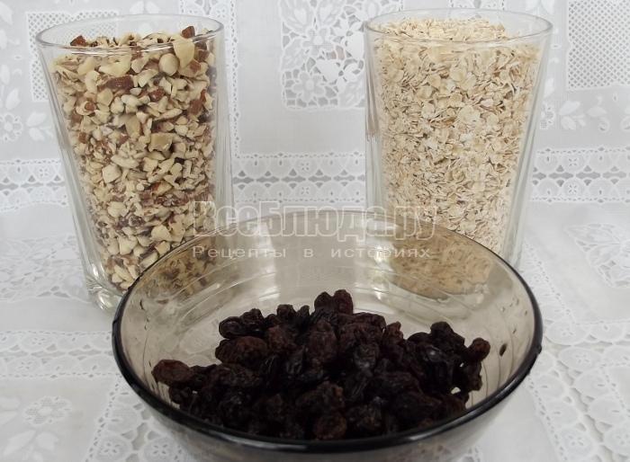 приготовить овсянку, орехи и изюм