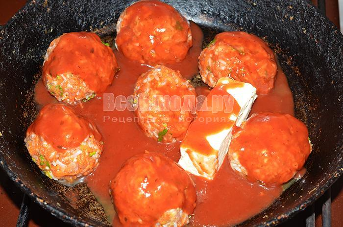 залейте тефтели томатной пастой