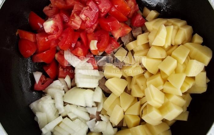 выложить помидоры, картошку и лук