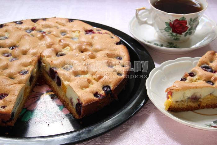 Пирог из двух видов теста (бисквитного и песочного) с прослойкой из черешни и апельсина