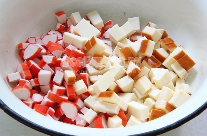 нарезаю крабовые палочки и сыр
