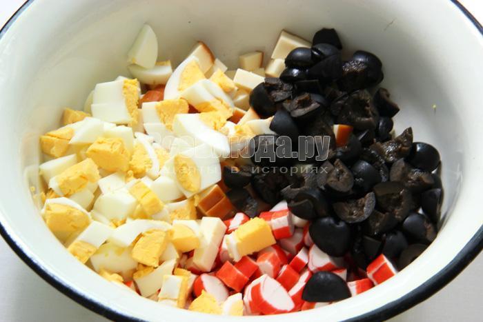 нарезаю маслины, яйца