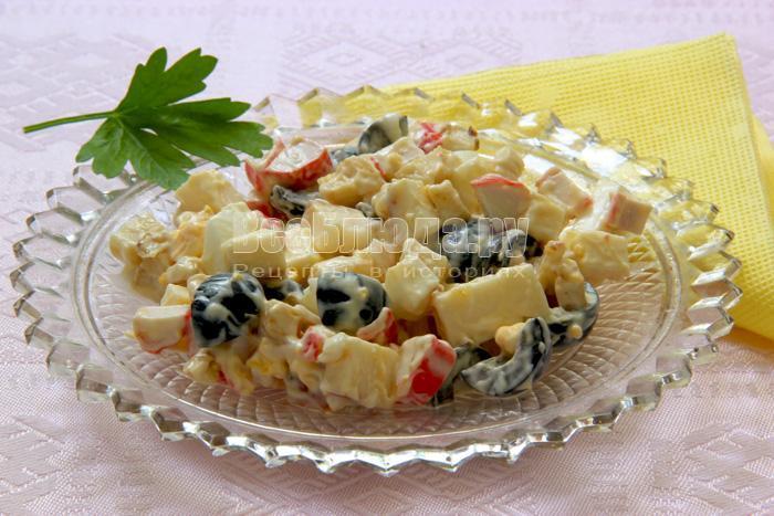 Рецепт крабового салата с маслинами, сельдереем и колбасным сыром