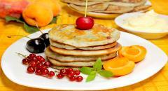 Рецепт оладьев на кефире с фруктами и ягодами