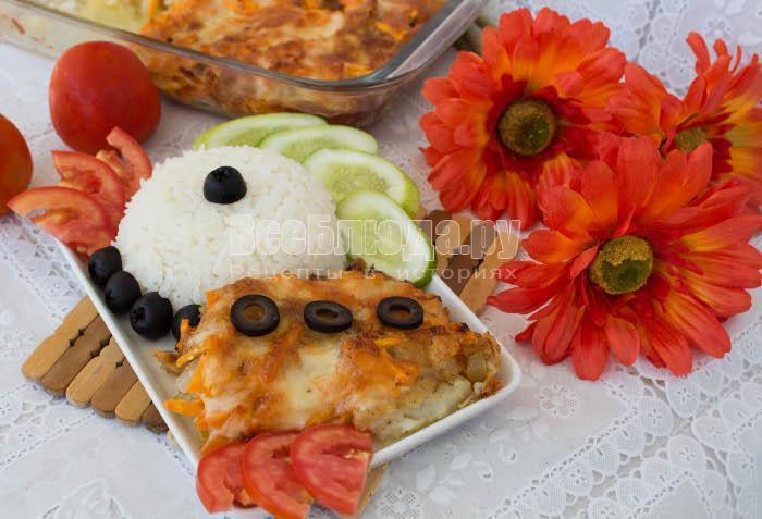 готовый запеченный пангасиус с луком и морковкой
