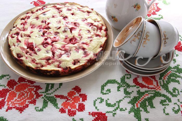 испеченый пирог с творогом и клубникой