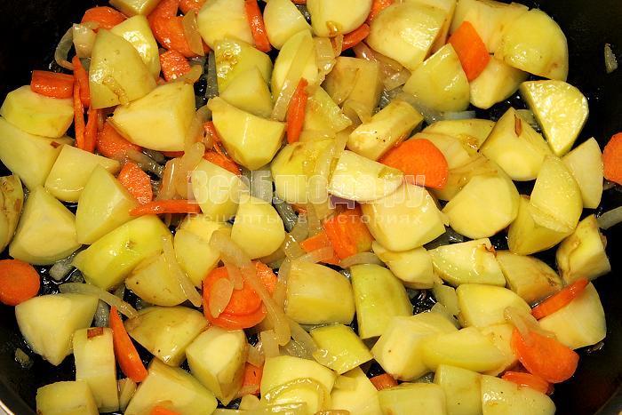 Добавили картофель к обжаренным овощам