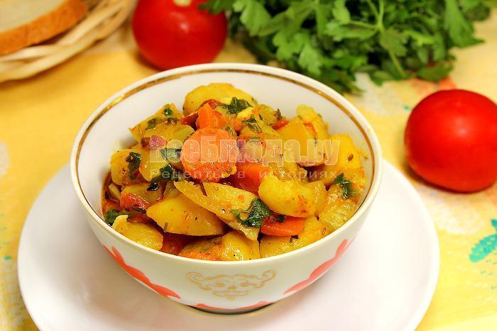 Готовое овощное рагу в тарелке