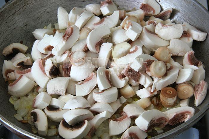 добавляю жариться грибы
