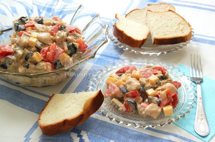 салат с куриным филе, сыром, маслинами