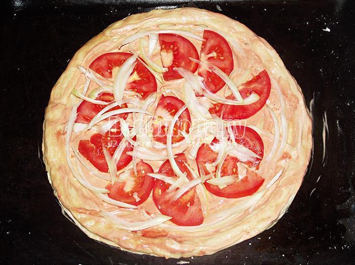 выложите лук и помидоры