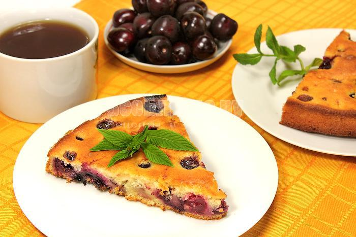 Кусочек пирога с черешней на тарелке