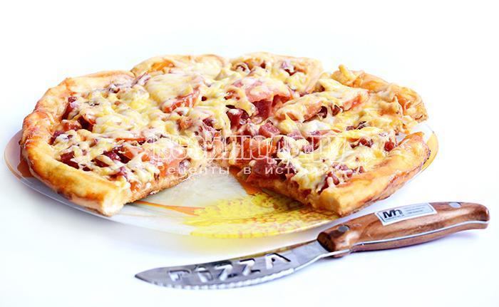 пицца с салями готова