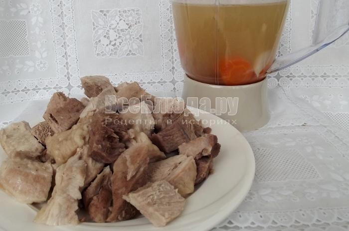 порезать мясо, процедить бульон