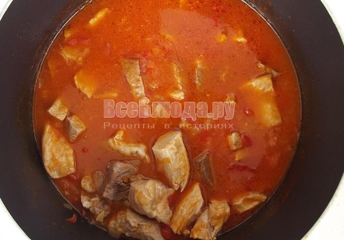 выложить в томатный соус свинину