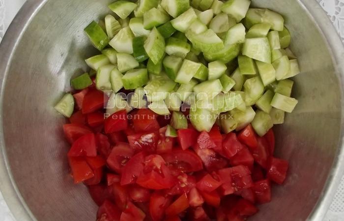порезать огурцы и помидоры