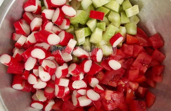 Салат (крабовые палочки, яйцо, огурец, помидор)