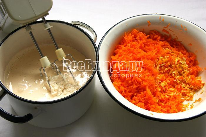 смешиваем тесто и натертые плоды