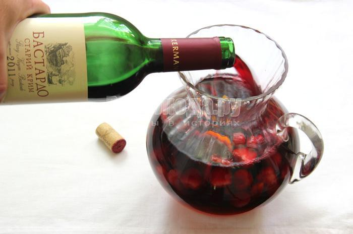доливаю вино