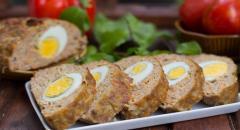 Рецепт мясного рулета из фарша с яйцами внутри
