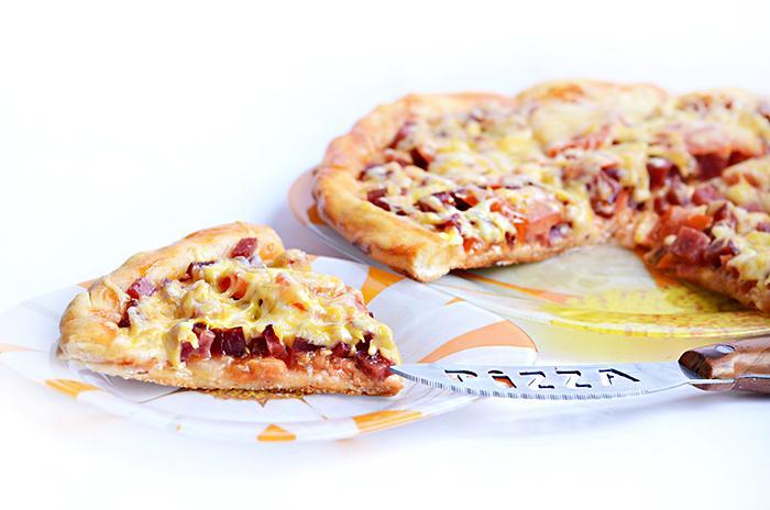 Пицца с салями, луком и помидорами