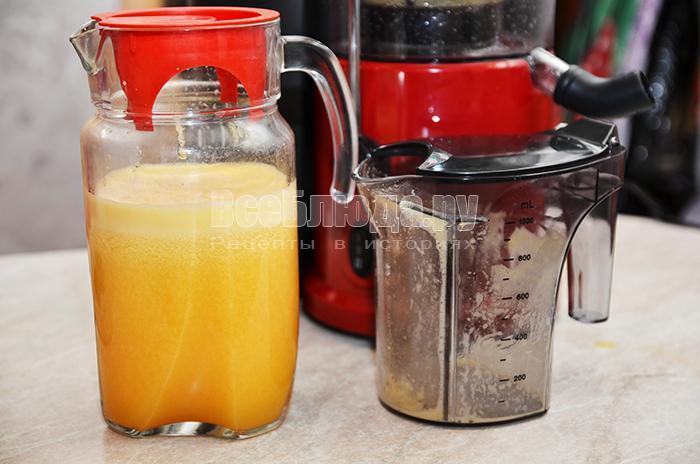 вылейте сок в графин