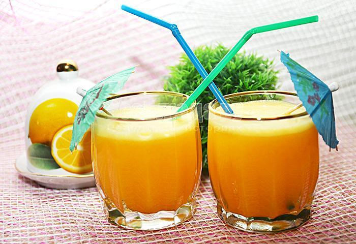 разлейте сок по стаканам