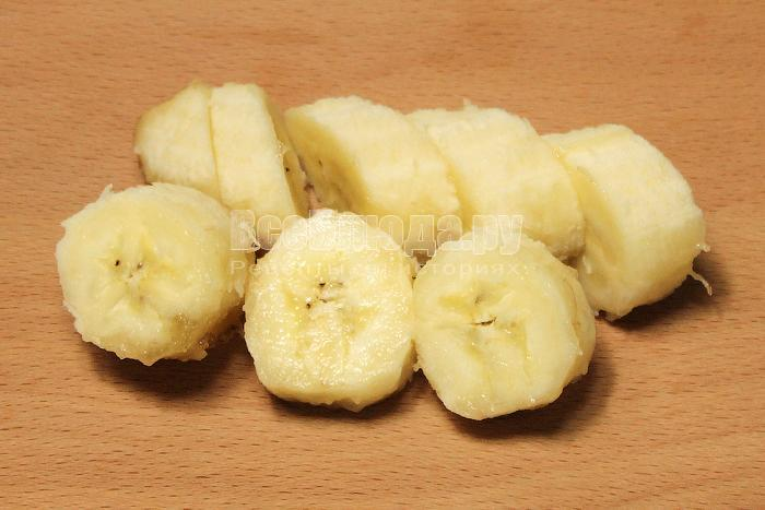 Нарезали бананы кусочками