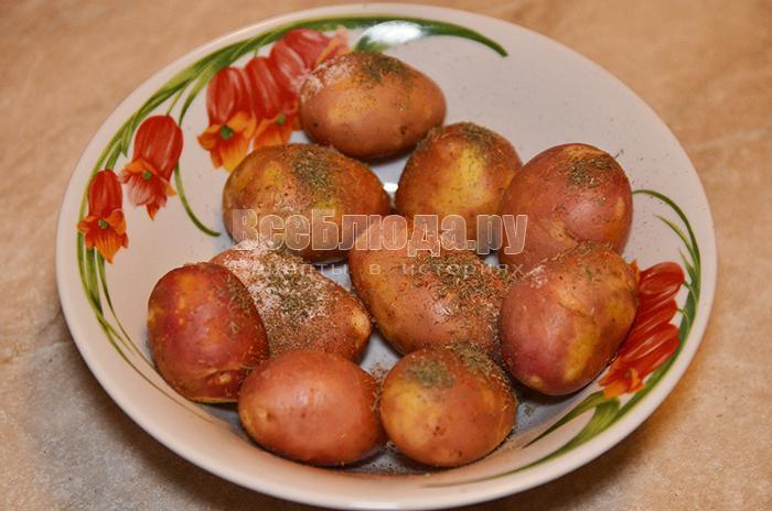 посыпьте картофель приправами